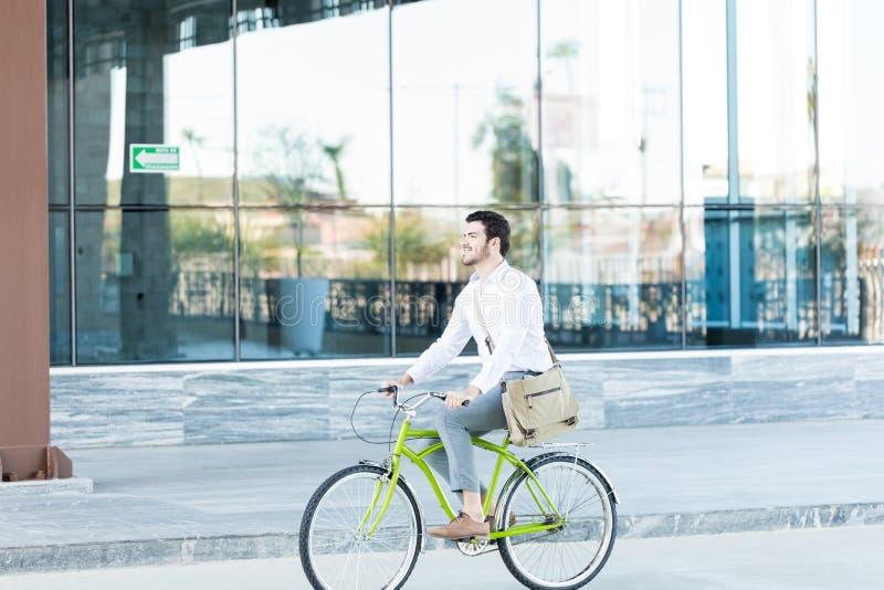 Εκτελεστικό οδηγώντας ποδήλατο για να συμβάλει τη συντήρηση του συστήματος Eco στοκ εικόνα