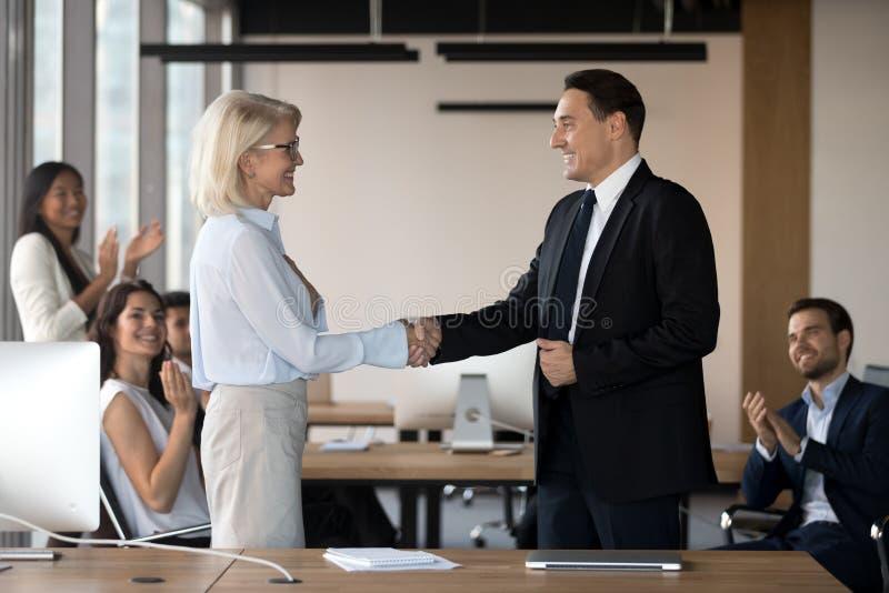 Εκτελεστικό CEO και μέσα ηλικίας θηλυκά χέρια κουνημάτων υπαλλήλων στοκ εικόνες