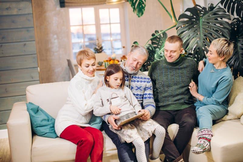 Εκτεταμένη φιλική οικογένεια που εξετάζει τη φωτογραφία στοκ εικόνα με δικαίωμα ελεύθερης χρήσης