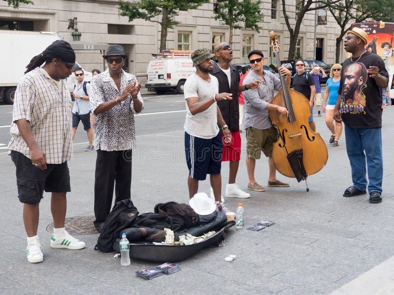 Εκτελεστές οδών που τραγουδούν και που παίζουν τη μουσική στη Νέα Υόρκη στοκ εικόνες με δικαίωμα ελεύθερης χρήσης