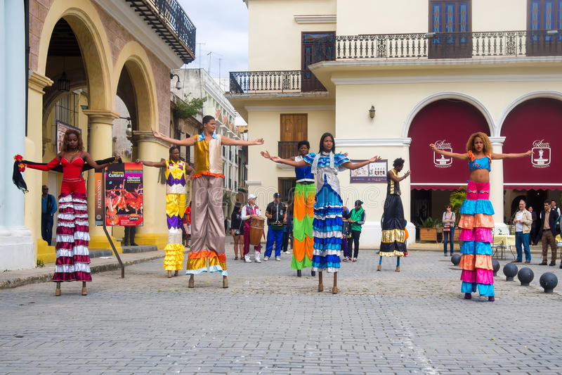 Εκτελεστές οδών που χορεύουν στα ξυλοπόδαρα στην παλαιά Αβάνα στοκ εικόνες