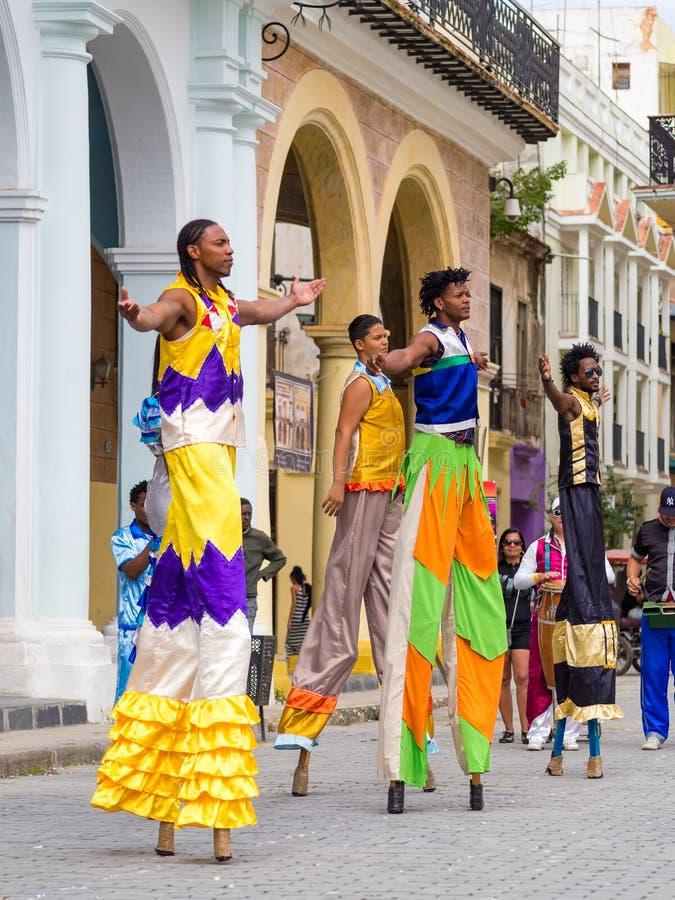 Εκτελεστές οδών που χορεύουν στα ξυλοπόδαρα στην παλαιά Αβάνα στοκ εικόνα