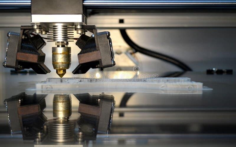 Εκτυπωτής που τυπώνει τα γκρίζα αντικείμενα στην αντανακλαστική κινηματογράφηση σε πρώτο πλάνο επιφάνειας καθρεφτών στοκ εικόνες