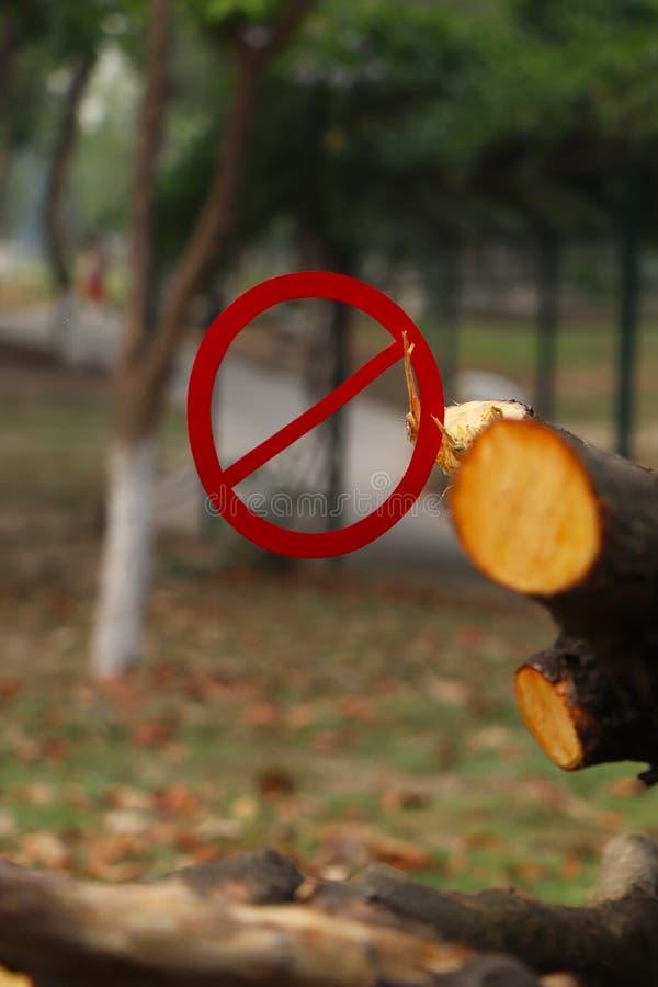 Εκτός από τη φύση Απαγόρευση στα τέμνοντα δέντρα στοκ φωτογραφία με δικαίωμα ελεύθερης χρήσης