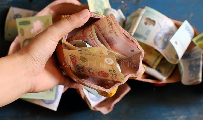 Εκτός από το επάνω βιετναμέζικο τραπεζογραμμάτιο ήχων καμπάνας, που κερδίζει χρήματα από τη σπασμένη piggy τράπεζα στοκ εικόνες με δικαίωμα ελεύθερης χρήσης