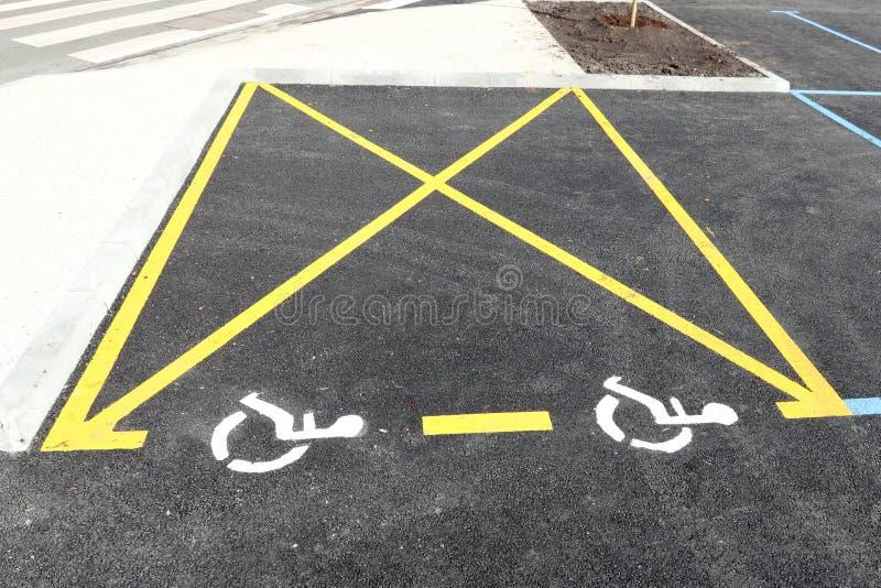 Εκτός λειτουργίας άτομα με ειδικές ανάγκες σημάδι εικονιδίων στην περιοχή χώρων στάθμευσης στο υπαίθριο σταθμό αυτοκινήτων στοκ φωτογραφία με δικαίωμα ελεύθερης χρήσης