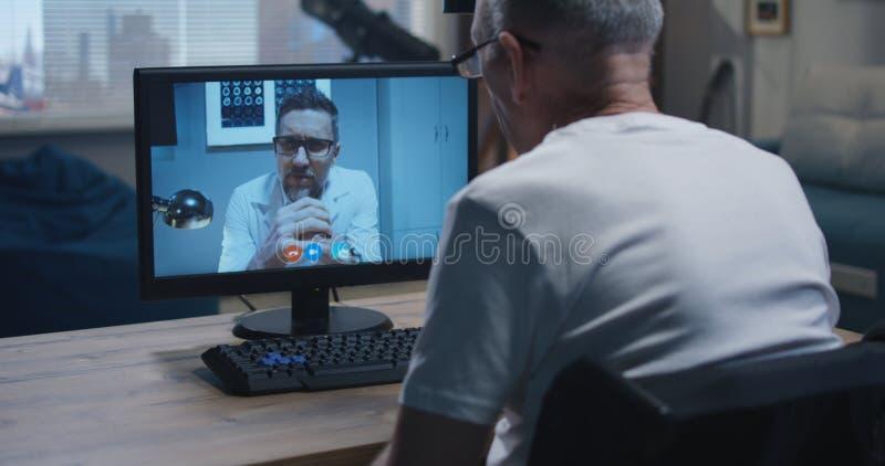 Εκτός λειτουργίας βίντεο ατόμων που κουβεντιάζει με το γιατρό στοκ φωτογραφία με δικαίωμα ελεύθερης χρήσης