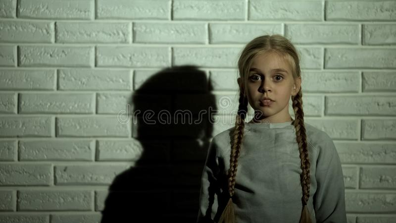 Εκφοβισμένο μικρό κορίτσι που εξετάζει το θύμα καμερών, απαγωγής ή οικογενειακής βίας στοκ εικόνες