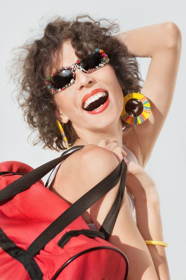 Εκφραστική γυναίκα με την κόκκινη τσάντα στοκ φωτογραφία
