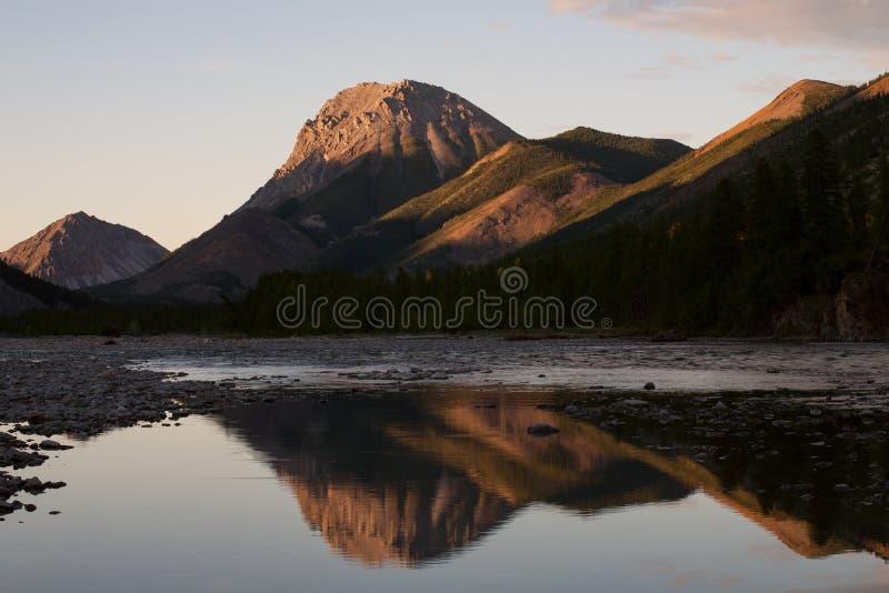 Εκφραστική μορφή βουνών και η αντανάκλασή του στον ποταμό στοκ φωτογραφίες