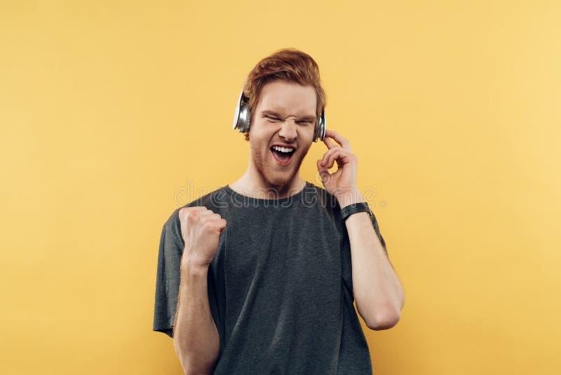 Εκφραστικός τύπος χαμόγελου πορτρέτου που ακούει τη μουσική στοκ φωτογραφία