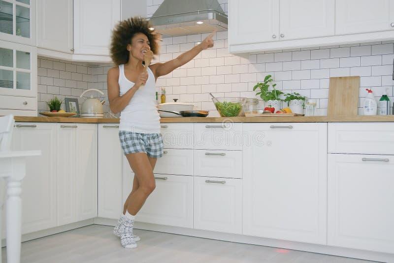 Εκφραστικό μαγείρεμα γυναικών στην κουζίνα στοκ εικόνα