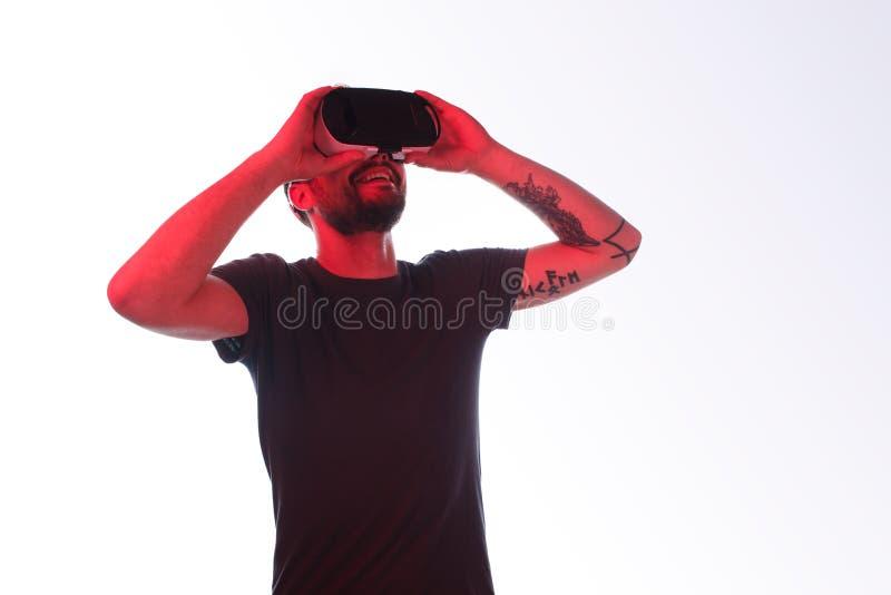 Εκφραστικό όμορφο άτομο που χρησιμοποιεί την τεχνολογία VR στοκ φωτογραφίες με δικαίωμα ελεύθερης χρήσης