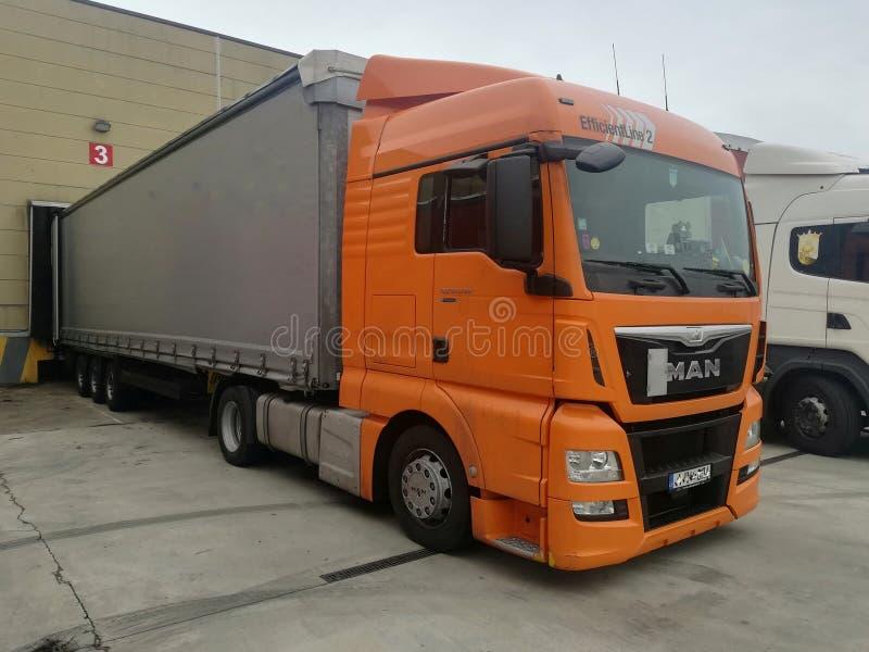 Εκφόρτωση φορτηγών στην αποθήκη εμπορευμάτων στοκ φωτογραφίες