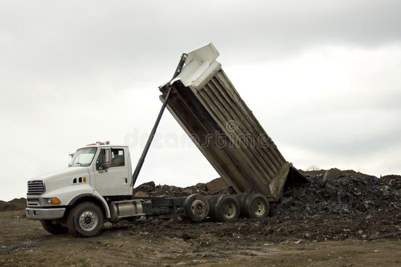 εκφόρτωση truck απορρίψεων στοκ φωτογραφία