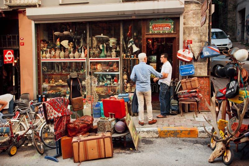 Εκλεκτής ποιότητας έμποροι προσωπικού που συναντιούνται κοντά στο κατάστημα επίπλων από δεύτερο χέρι στοκ εικόνες