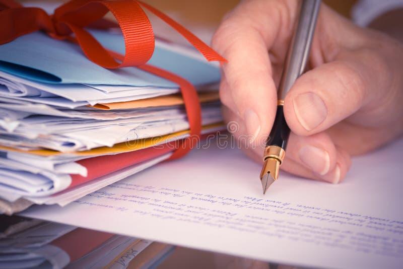 Εκλεκτής ποιότητας ή αναδρομικό χέρι με την κινηματογράφηση σε πρώτο πλάνο επιστολών γραψίματος μανδρών πηγών στοκ εικόνα με δικαίωμα ελεύθερης χρήσης