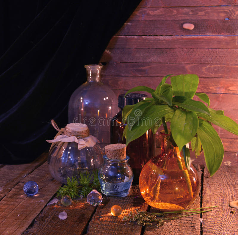 Εκλεκτής ποιότητας ακόμα ζωή με τα παλαιά μπουκάλια γυαλιού και τα χορτάρια θεραπείας στοκ εικόνες με δικαίωμα ελεύθερης χρήσης