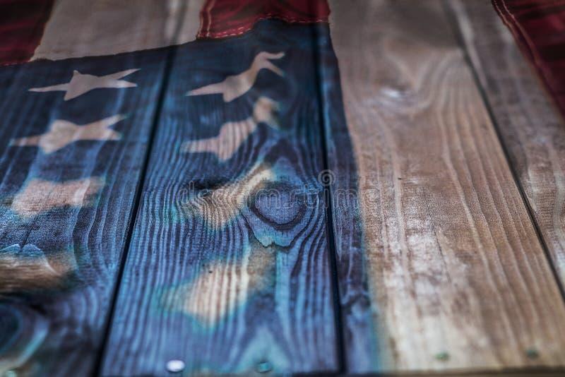 Εκλεκτής ποιότητας αμερικανική σημαία που χρωματίζεται σε ένα ηλικίας, ξεπερασμένο αγροτικό ξύλινο υπόβαθρο στοκ φωτογραφία με δικαίωμα ελεύθερης χρήσης