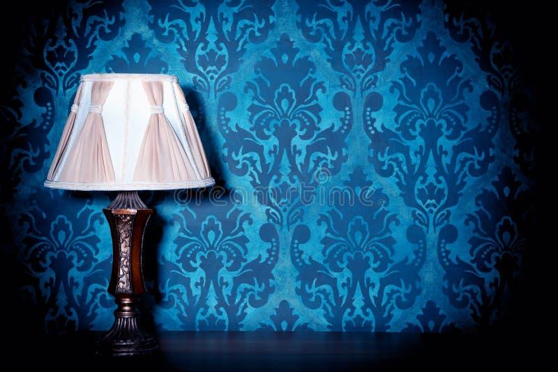 Εκλεκτής ποιότητας λαμπτήρας στο μπλε στυλ ροκοκό υπόβαθρο σχεδίων στοκ φωτογραφία με δικαίωμα ελεύθερης χρήσης