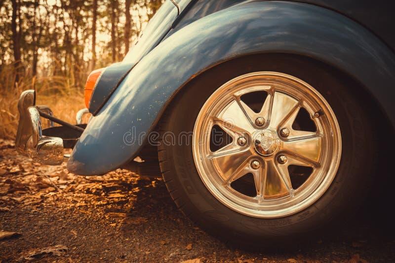 εκλεκτής ποιότητας αναδρομικό μπλε χρώμα του Volkswagen αυτοκινήτων στα δασικά φύλλα καφετιά στοκ φωτογραφία