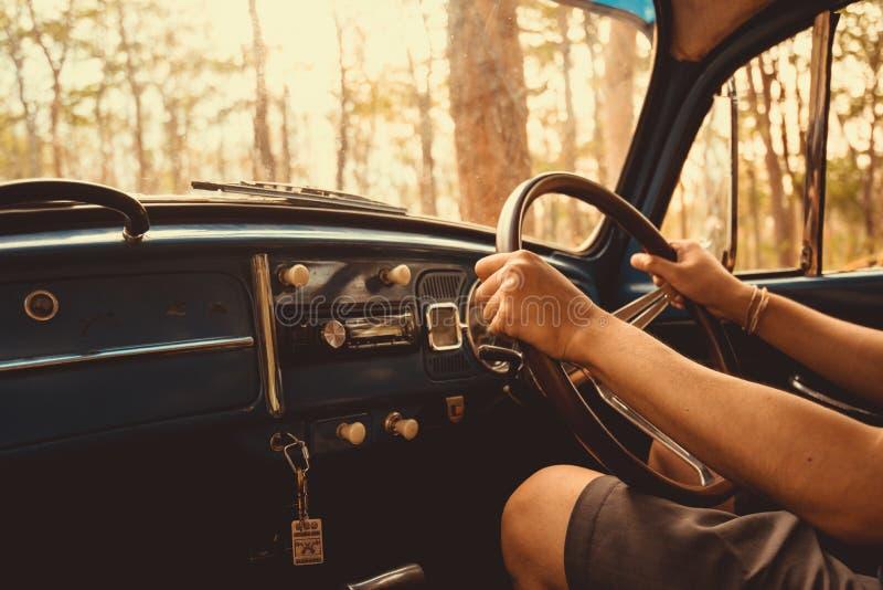 εκλεκτής ποιότητας αναδρομικό μπλε χρώμα του Volkswagen αυτοκινήτων στα δασικά φύλλα καφετιά στοκ φωτογραφίες με δικαίωμα ελεύθερης χρήσης