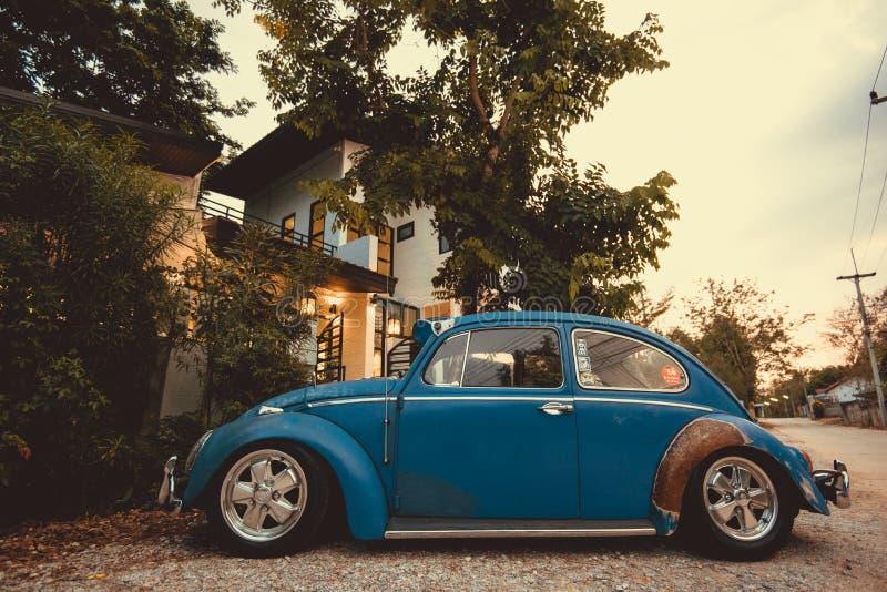 εκλεκτής ποιότητας αναδρομικό μπλε χρώμα του Volkswagen αυτοκινήτων στα δασικά φύλλα καφετιά στοκ εικόνες
