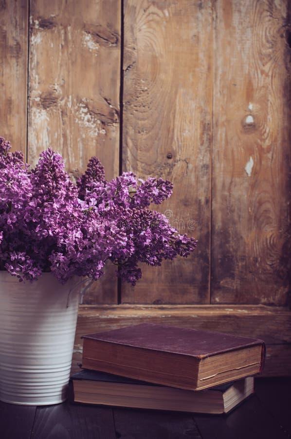 Εκλεκτής ποιότητας ανθοδέσμη των ιωδών λουλουδιών στοκ φωτογραφία