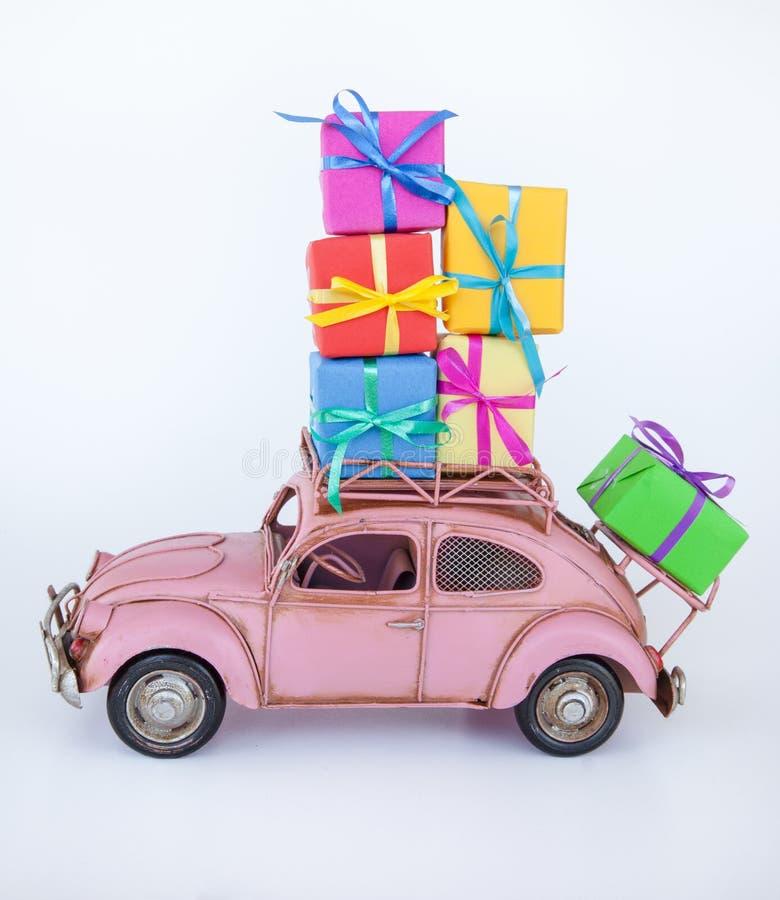 Εκλεκτής ποιότητας αυτοκίνητο με τα κιβώτια δώρων στοκ εικόνες με δικαίωμα ελεύθερης χρήσης