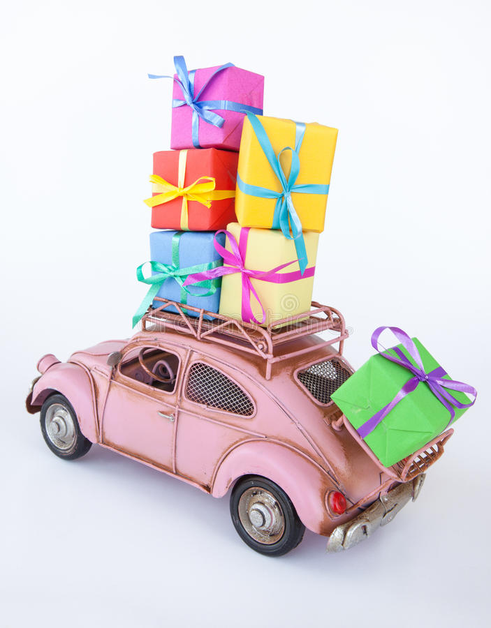 Εκλεκτής ποιότητας αυτοκίνητο με τα κιβώτια δώρων στοκ φωτογραφίες