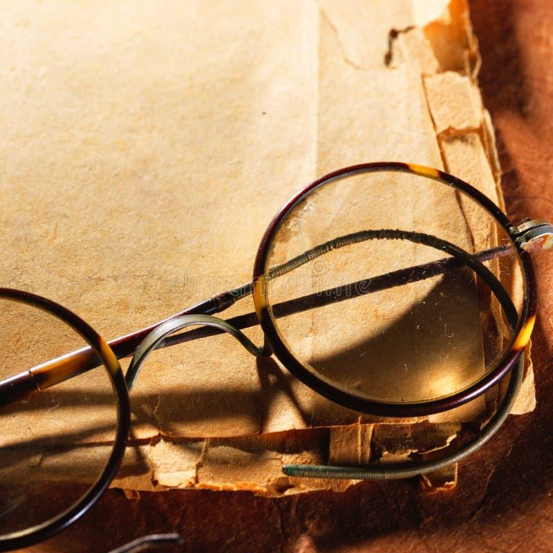 Εκλεκτής ποιότητας γυαλιά σε παλαιό χαρτί στοκ φωτογραφία με δικαίωμα ελεύθερης χρήσης