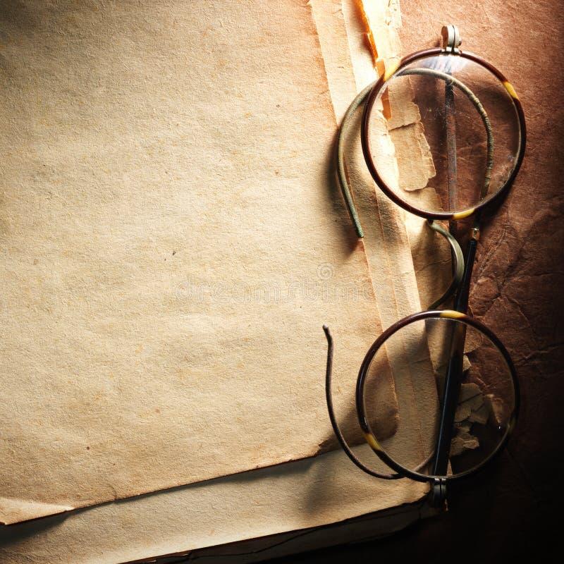 Εκλεκτής ποιότητας γυαλιά σε παλαιό χαρτί στοκ εικόνα