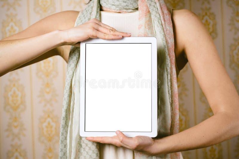Εκλεκτής ποιότητας γυναίκα μόδας που παρουσιάζει οθόνη ταμπλετών στοκ εικόνες