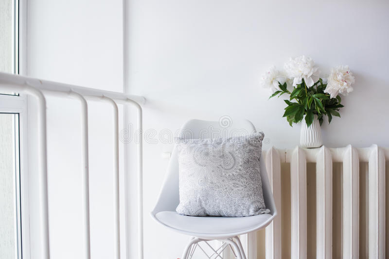 Εκλεκτής ποιότητας εγχώρια διακόσμηση, φρέσκες peonies και καρέκλα σχεδιαστών με στοκ φωτογραφία με δικαίωμα ελεύθερης χρήσης