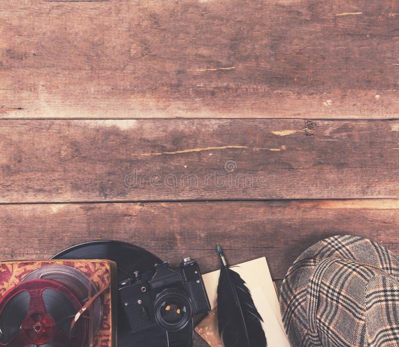 Εκλεκτής ποιότητας εξοπλισμός μέσων στον ξύλινο πίνακα στοκ εικόνα