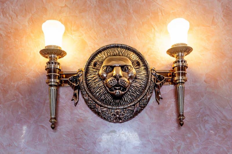 Εκλεκτής ποιότητας διακόσμηση γλυπτών λιονταριών στον τοίχο στοκ φωτογραφία