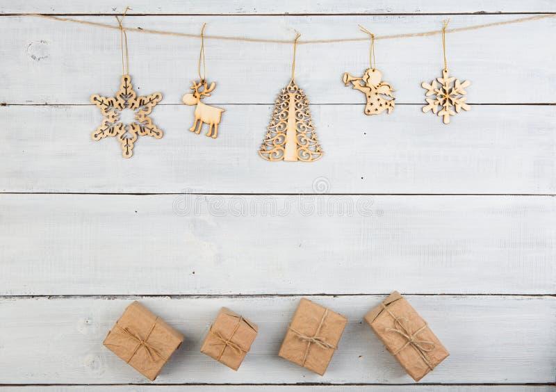 Εκλεκτής ποιότητας διακόσμηση Χριστουγέννων στον ξύλινο πίνακα - κιβώτια δώρων, snowf στοκ φωτογραφία με δικαίωμα ελεύθερης χρήσης