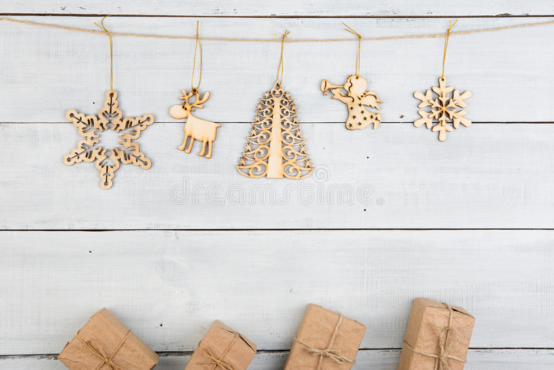 Εκλεκτής ποιότητας διακόσμηση Χριστουγέννων στον ξύλινο πίνακα - κιβώτια δώρων, snowf στοκ εικόνα με δικαίωμα ελεύθερης χρήσης