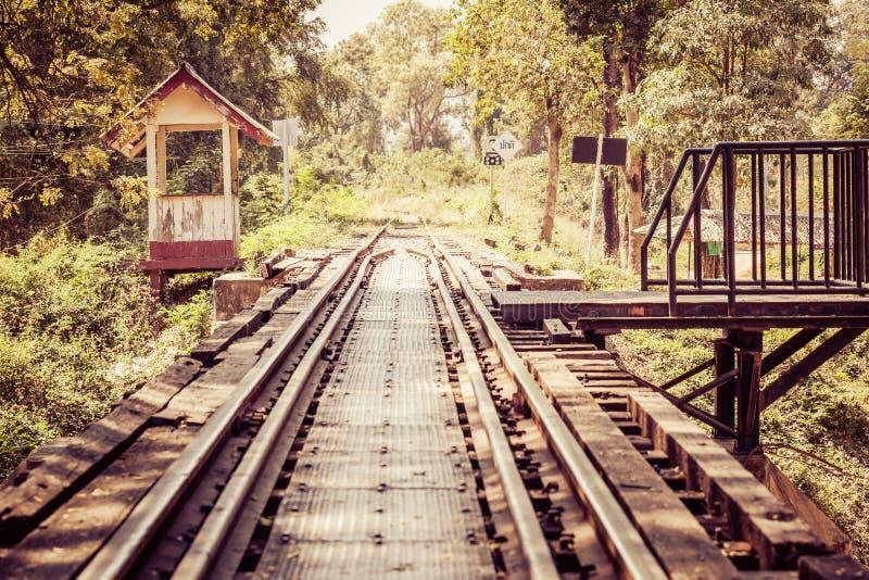Download Εκλεκτής ποιότητας διαδρομές σιδηροδρόμου στην Ταϊλάνδη Στοκ Εικόνα - εικόνα από κατασκευή, ορόσημο: 62713059