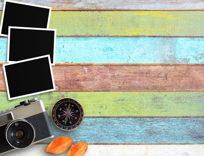 Εκλεκτής ποιότητας κάμερα και παλαιό κενό πλαίσιο φωτογραφιών στο γραφείο γραφείων στοκ εικόνες με δικαίωμα ελεύθερης χρήσης