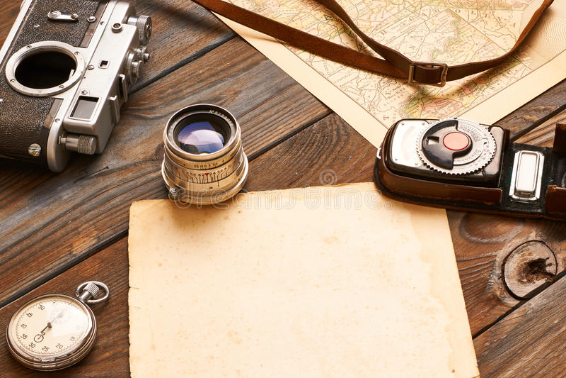 Εκλεκτής ποιότητας κάμερα και φακός σε παλαιό ΧΙΧ χάρτη αιώνα στοκ φωτογραφία