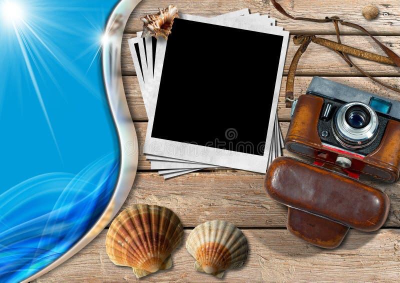 Εκλεκτής ποιότητας κάμερα με τις στιγμιαία φωτογραφίες και τα θαλασσινά κοχύλια απεικόνιση αποθεμάτων