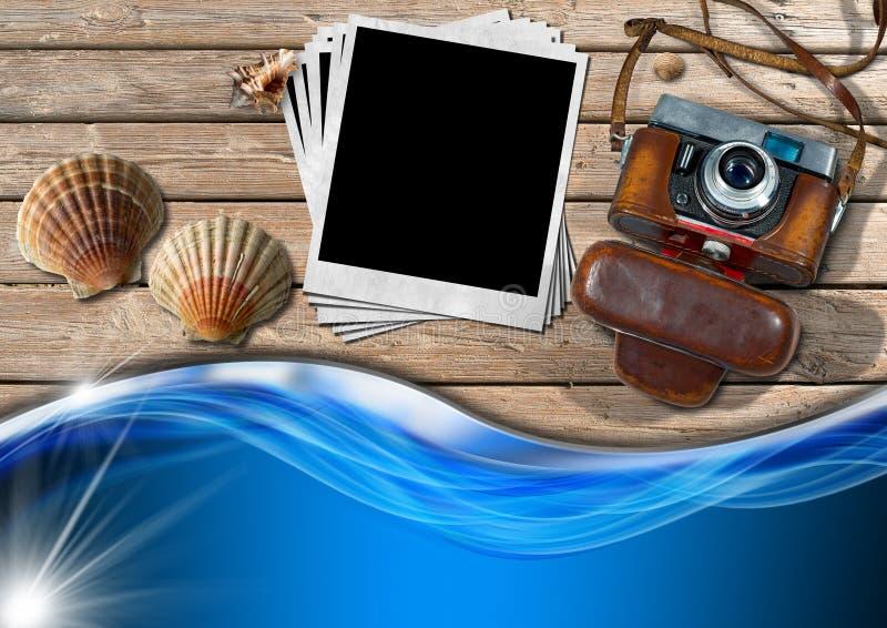 Εκλεκτής ποιότητας κάμερα με τις στιγμιαία φωτογραφίες και τα θαλασσινά κοχύλια ελεύθερη απεικόνιση δικαιώματος