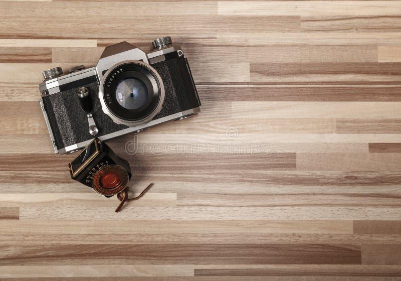 Εκλεκτής ποιότητας κάμερα στο ξύλινο υπόβαθρο στοκ εικόνες
