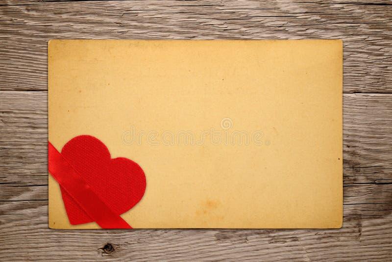 Εκλεκτής ποιότητας κάρτα βαλεντίνων με την κόκκινη καρδιά στοκ εικόνα
