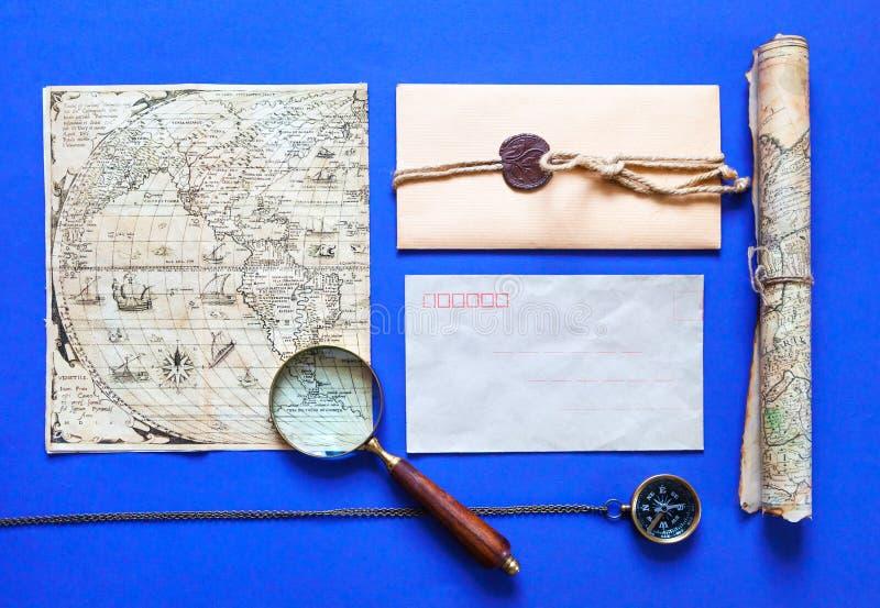 Εκλεκτής ποιότητας κάρτα σε ένα μπλε υπόβαθρο στοκ φωτογραφίες
