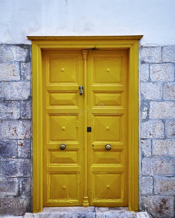 Εκλεκτής ποιότητας κίτρινη πόρτα σπιτιών στοκ φωτογραφία με δικαίωμα ελεύθερης χρήσης