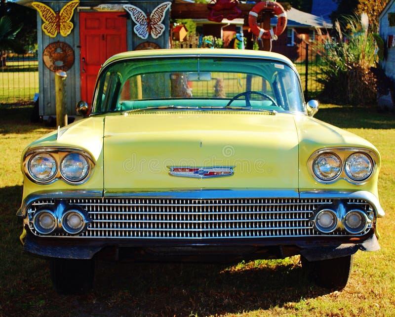 Εκλεκτής ποιότητας κίτρινο αυτοκίνητο στοκ εικόνες
