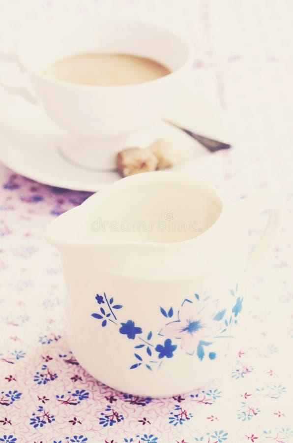 Εκλεκτής ποιότητας κανάτα γάλακτος, πίνακας που εξυπηρετείται για τον καφέ πρωινού στοκ φωτογραφία με δικαίωμα ελεύθερης χρήσης