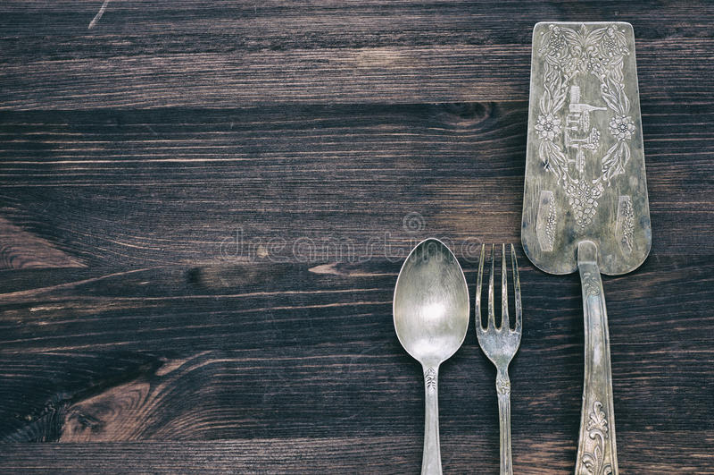 Εκλεκτής ποιότητας μαχαιροπήρουνα στο αγροτικό ξύλινο υπόβαθρο στοκ φωτογραφία
